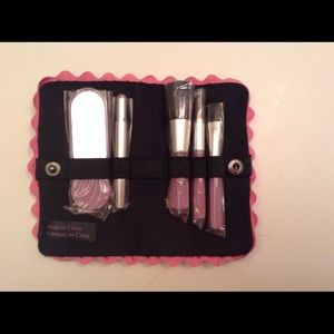 Make-up kit (brushes and mirror)